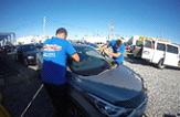 27896507-Automobile-vitriers-travailleurs-remplacement-pare-brise-ou-le-pare-brise-d-une-voiture-dans-la-stat-Banque-d'images